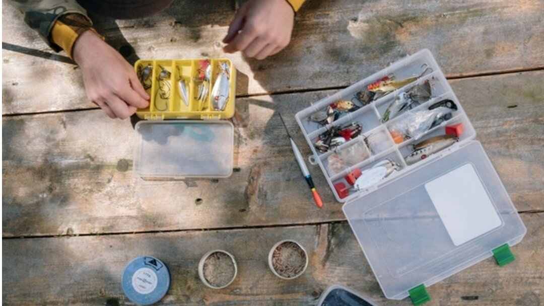 Bushcraft Fishing Kit – Building a Pocket Sized Survival Pack to Catch Fish